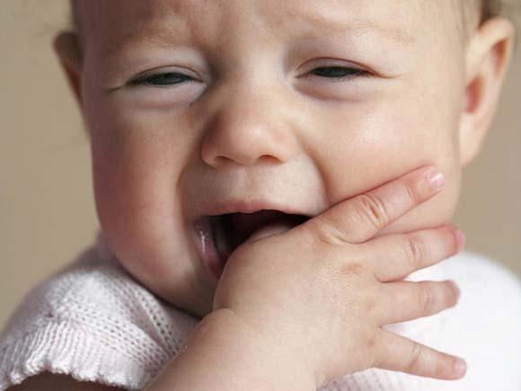 03-baby-teething-gum-rubbing